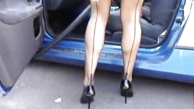 स्कर्ट के नीचे