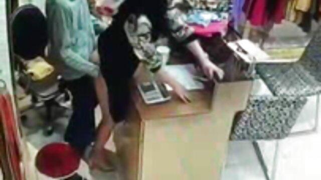 एक छोटी सी प्राणी एक अंग फुल सेक्सी मूवी वीडियो में पर नीचे के रूप में यह मेज पर लेट गया कूद