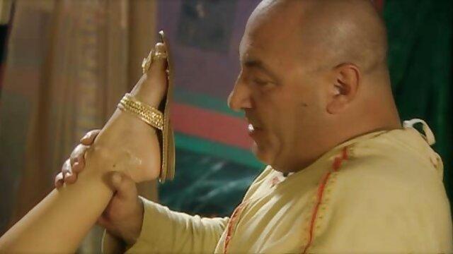 बेवकूफ, नशे में, नए साल के लिए अपने पैर उठाया और अंडे में एक चिकन हिंदी में सेक्सी मूवी वीडियो में गुना बहुत है